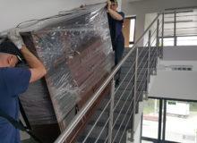 Robotnicy wnoszą poschodach meble, transport mebli