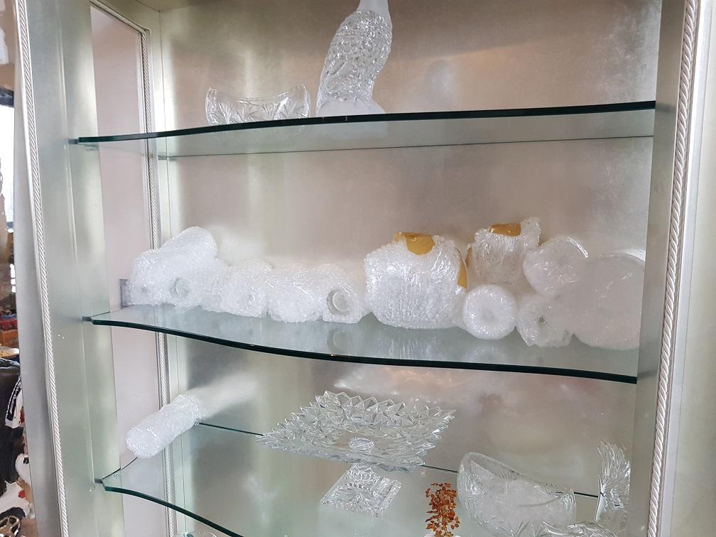 Zabezpieczone szklane przedmioty iprzygotowane doprzeprowadzki